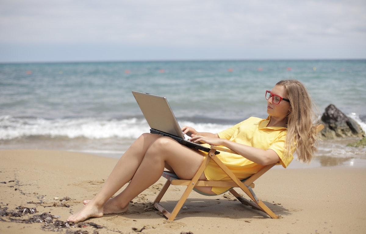 Photo of Lavoro in vacanza: può essere dannoso o produttivo?